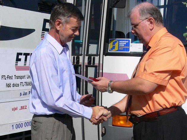 Prostějovský přepravce odměňuje řidiče za stotisíce kilometrů ujetých bez nehody.