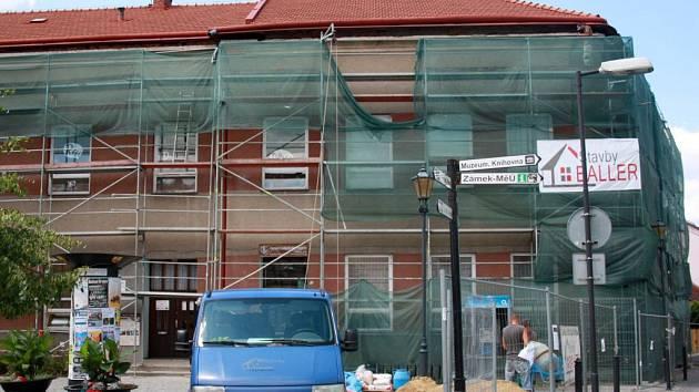 Základní umělecká škola Hranice se konečně dočká opravené římsy, která hrozila spadnutím.