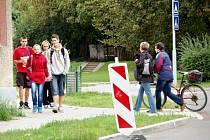 Chybějící kanalizační mříž na Nerudově ulici prozatím nahradilo přenosné označení.