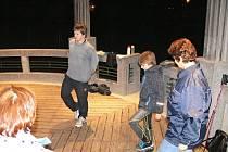 Nezbytná společná rozcvička před pětikilometrovým během v parku