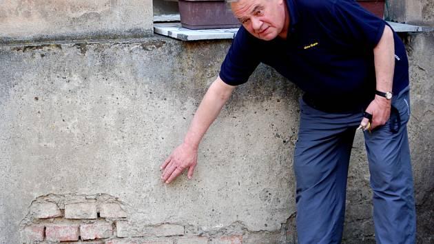 Majitel jednoho z domů na nábřeží Edvarda Beneše Pavel Vrba si zoufá. Dům je ve zchátralém stavu a jeho opravě brání souhlas dvou vlastníků
