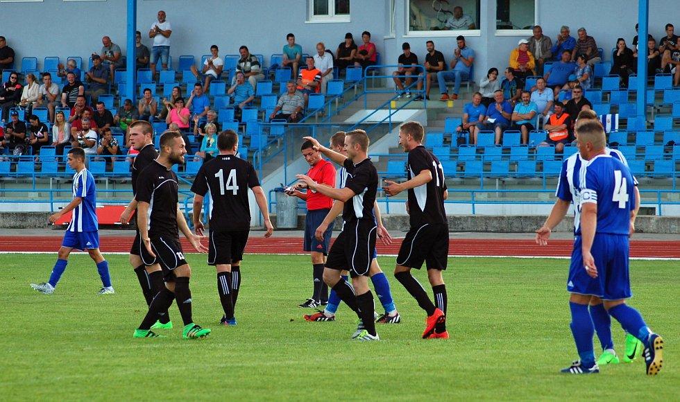 Fotbalisté SK Hranice (v pruhovaném) padli v předkole MOL Cupu s Kozlovicemi 1:2.