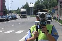 Strážník z Lipníku nad Bečvou sleduje, zda některý z řidičů nepřekročil povolenou rychlost v obci.