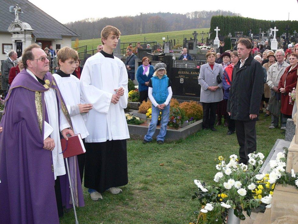 Nově zrekonstruovaný kříž posvětil v areálu hřbitova ve Stříteži nad Ludinou místní farář František Adamec.