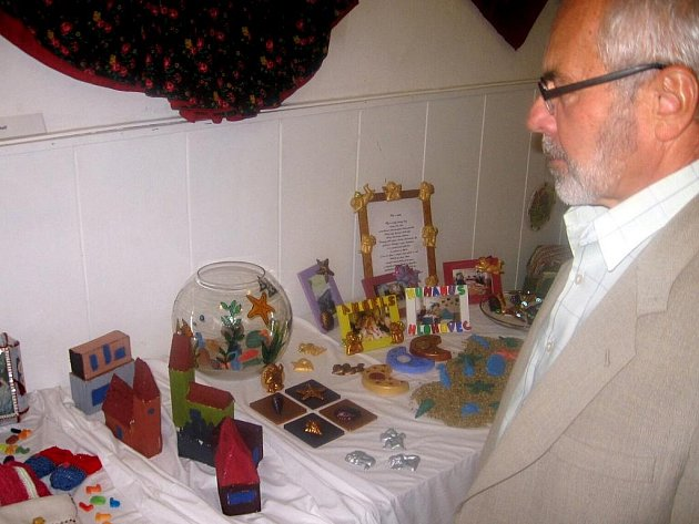 Na slavnostní vernisáži seniorské výstavy s názvem Barvy života vystoupili v hranické galerii M+M žáci tamní Základní umělecké školy. Slavnostního úvodu se pak zhostil ředitel hranického domova seniorů Milan Káňa