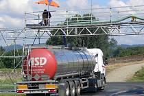 Několik kamionů denně odčerpává vodu z Bečvy u splavu