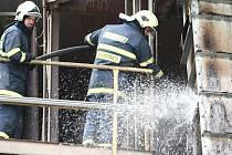 Hasiči zůstávali na místě požáru ještě odpoledne a vodou ochlazovali ohořelé dopravníky.