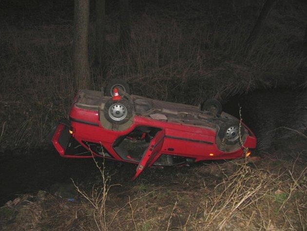 Vůz sjel mimo silnici, převrátil se ze svahu přes levý bok a skončil v opatovickém potoku, kde zůstal ležet na střeše.