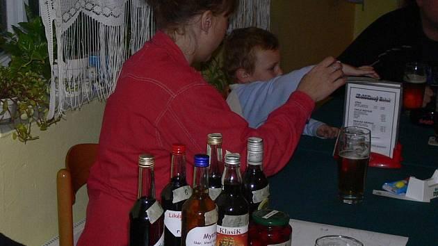 Organizátorům se na stole jen pár minut po zahájení sešlo již sedm různých nápojů.