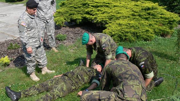 Vojáci z Hranic se učili jak zachraňovat zraněné ve ztížených bojových podmínkách, jejich instruktory byli členové texaské Národní gardy.