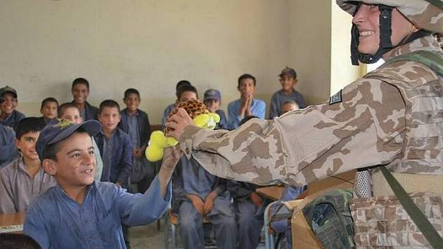 Čeští vojáci v Afganistánu předali dětem učebnice
