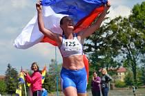 Vítězka kategorie Ž40 Vanda Kadeřábková-Březinová při doběhu 10 kilometrů při Mezinárodním běžeckém desetiboji v Hranicích.