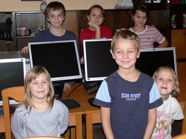 Děti v Dětském domově Hranice měly z počítačů i mobilních telefonů velkou radost