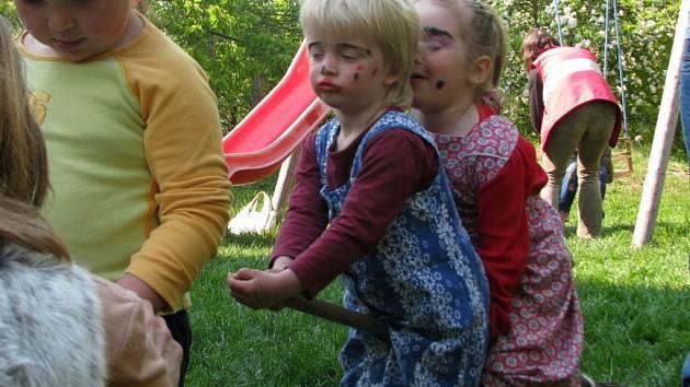 První hranická čarodějnice shořela letos v mateřském centru Dráček.