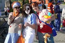 V různobarevných kostýmech se procházeli studenti hranického gymnázia v ulicích města a žádali po kolemjdoucích příspěvky na maturitu.