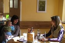 Příjemnou atmosféru v zámecké kavárně v Hranicích umocňují od středy 1. dubna fotografie tamního rodáka Jiřího Dostála. Jsou na nich zachyceny přírodní scenérie z Valašska, v jehož regionu fotograf už řadu let žije.