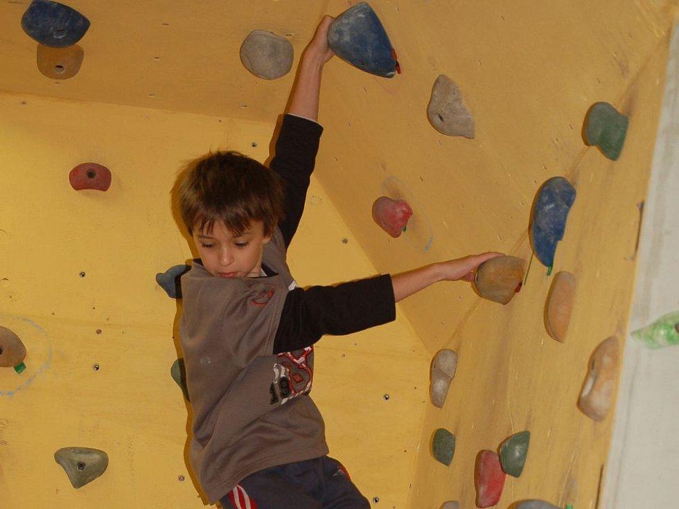Děti v Přerově zdolávaly čtyřmetrovou stěnu.
