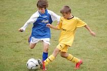 Řeč je o mladých fotbalistech Dynama České Budějovice (ve žlutém), kteří se poprvé zúčastnili Zippo junior cupu a hned zvedli nad hlavu pohár pro vítěze turnaje.