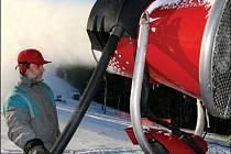 Sněhová děla v lyžařských areálech na Valašsku jedou v těchto dnech naplno.