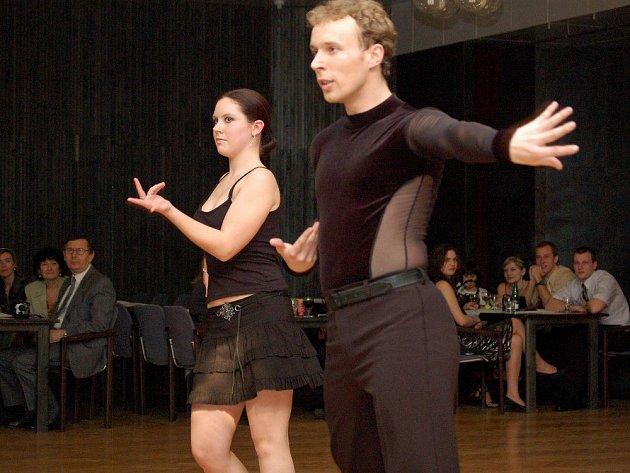 Latinskoamerické tance na plese tanční školy Isis.