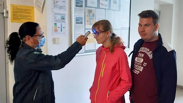 Každý den vše začínalo ve vestibulu školy měřením teploty a kontrolou hygienických pomůcek.
