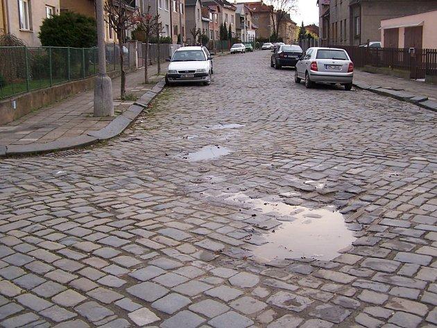 Jedna z nejhorších cest v Přerově je podle místních obyvatel v Nerudově ulici.