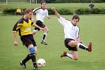 Želatovičtí fotbalisté (v bílém) v posledním utkání sezony doma remizovali s Kralicemi 3:3.