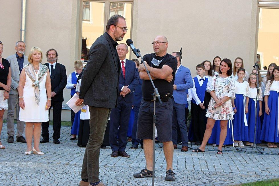 Slavnostní odhalení sochy Tomáše Garriqua Masaryka v pondělí 14. září 2020 na Školní náměstí v Hranicích. Na snímku autoři sochy Ladislav Sorokáč a Ondřej Tuček.