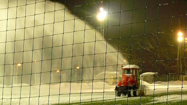 Úklid sněhu na fotbalovém hřišti SK Hranice