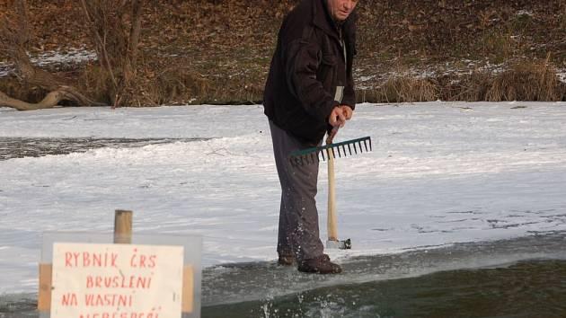 Přerovští rybáři musí takřka denně kontrolovat a udržovat otvory, které před časem vyřezali do zamrzlých rybníků.