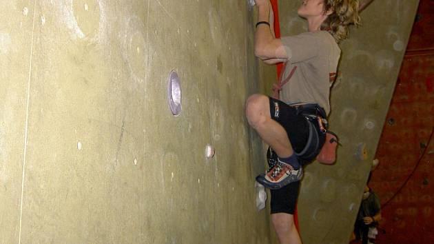 Prostějovský lezec Michal Krček v akci na umělé stěně a na nejvyšším stupni Tendon Cupu Morava 2007.