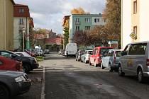 Dopravní situace na sídlišti kpt. Jaroše je neúnosná. Ve večeních hodinách je počet aut ještě daleko vyšší.