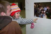 Výstava výtvarných prací dětí z dětského domova v Hranicích ve dvoraně zámku
