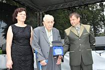 Vítězslav Přikryl (uprostřed) při předávání ocenění v roce 2018 na srazu Rodáků a výročí od založení obce.