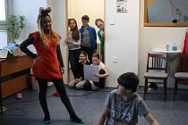 Mladí herci pod taktovkou Ludmily Kučmerčíkové nacvičují divadelní představení na téma Malý princ.