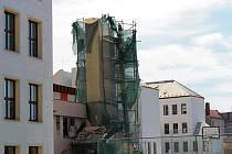 Nepoužívaný komín na kotelně u ZŠ 1. májeje postupně rozebírán.