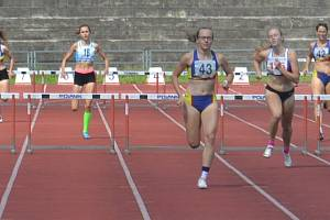 Atleti Hranic na lize v Třinci. 400 m překážek, silná hranická disciplína. Veronika Svobodová (č 38), Adéla Zdražilová (č. 43) a Klára Úlehlová (č. 42)