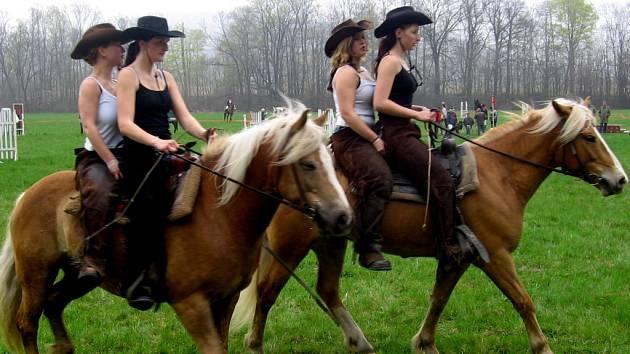 Ukázky westernového ježdění, vystoupení pana Novosada z Rajnochovic s koňmi plemene hafling, ale také ukázky dvojspřeží zpestřily sobotní závody.