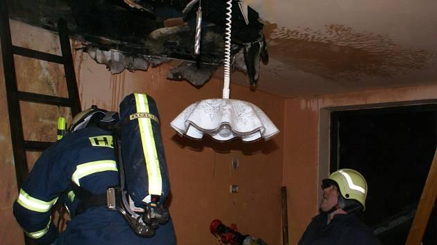 Celé stropní konstrukce spolykal oheň v některých případech požárů od komínů. Hasiči z Přerovska letos kvůli neudržovaným komínům vyjížděli zhruba desetkrát.