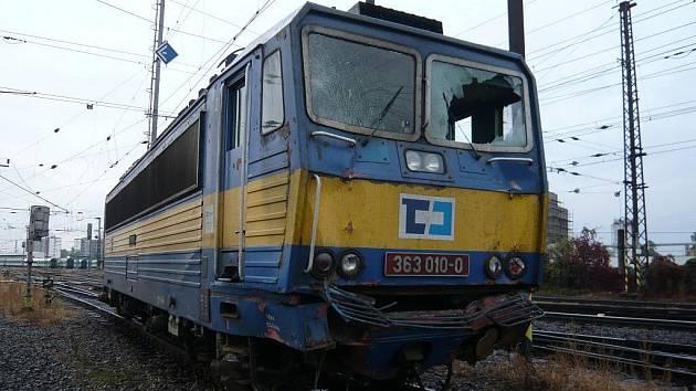 STROJVŮDCE PŘEHLÉDL ČERVENOU. Vlak z Paskova do Brna (lokomotiva na snímku) narazil do nákladního vlaku, který měl namířeno do Přerova z nedalekého Hulína.