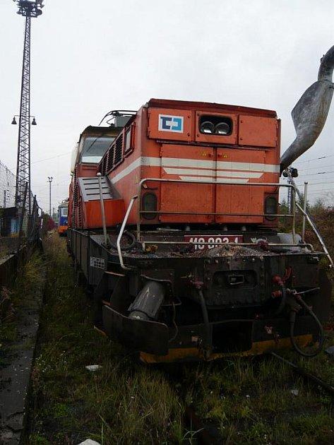 Klikněte pro zvětšení.STROJVŮDCE PŘEHLÉDL ČERVENOU. Vlak zPaskova do Brna narazil do nákladního vlaku (červená lokomotiva), který měl namířeno do Přerova znedalekého Hulína