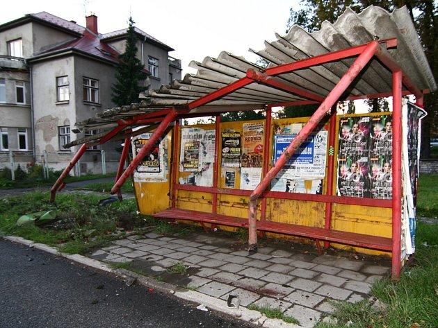 Řidič projel autobusovou zastávkou.