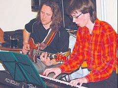 Nová skupina, kterou tvoří Petr Vařák a Vojta Zajac, vystoupila poprvé v přerovské kavárně Base camp.