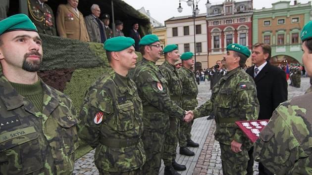 Slavnostní nástup místní vojenské posádky se uskutečnil při příležitosti oslav svátku 28. října.