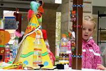 Dvoranu hranického zámku zdobí indiánské výrobky Dětského centra
