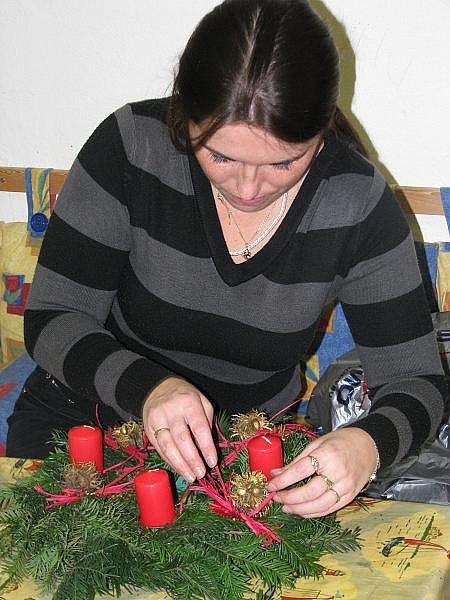 Výroba adventních věnců v MC Dráček