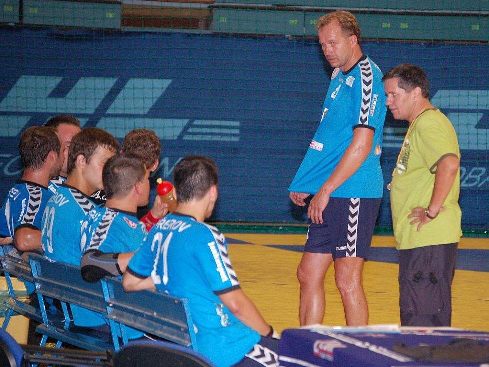 Přerovští extraligoví házenkáři v prvním přípravném utkání v domácí hale porazili prvoligový Kostelec na Hané 25:22.