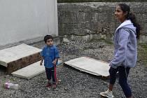 Romské děti z ubytovny u Veličky si nemají kde hrát. Na místě, kde se dnes válí odpadky a nepotřebné věci, by už snad ale v příštím roce mohlo vyrůst hřiště.