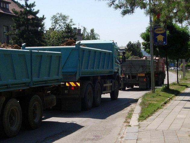 Nákladních aut ze stavby dálnice bude přes Hranice jezdit podstatně méně.