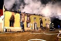 Na místo postupně vyrazili profesionální hasiči z Přerova a z Olomouce,